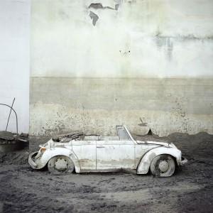 Simone Donati, Barcellona Pozzo di Gotto, Italia. Una macchina gravemente danneggiata dopo l'alluvione del fiume Longano, 2011